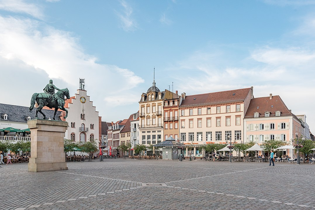 Landau Rathausplatz Von Tilman2007 - Eigenes Werk, CC BY-SA 4.0, https://commons.wikimedia.org/w/index.php?curid=62149693