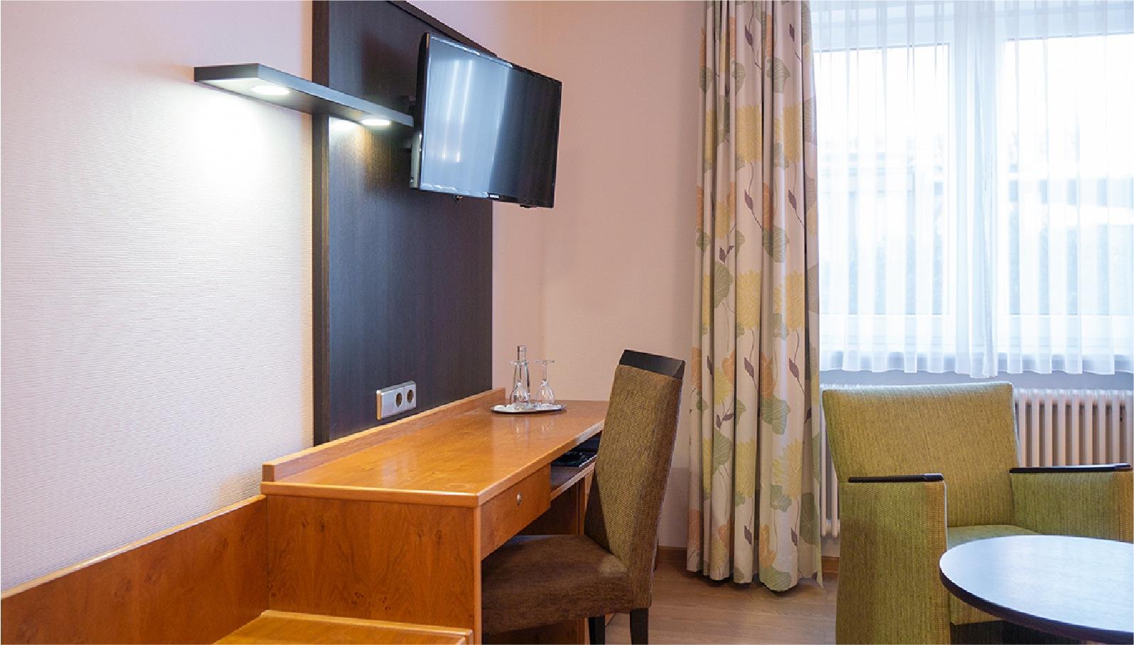 Einzelzimmer Kategorie 1 Schreibtisch