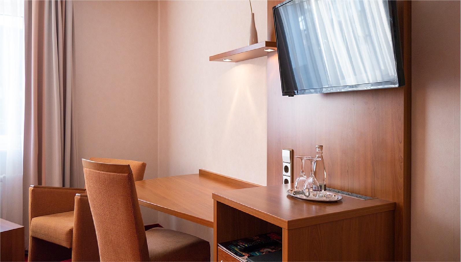 Einzelzimmer Kategorie 2 Tisch